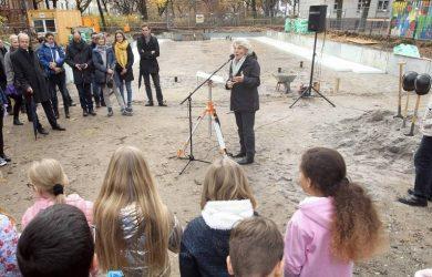 Rede vor Planungsbeteiligten und Schülern der Schule zum Spatenstich des Neubaus der Mensa